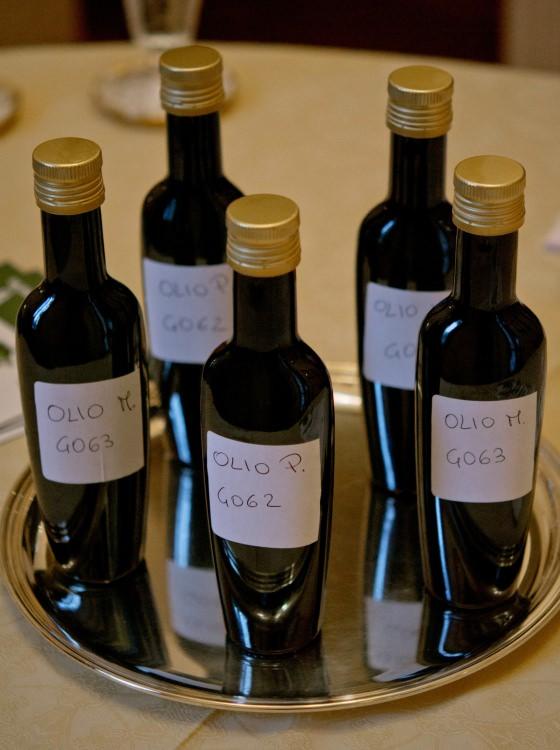 Bottiglie d'olio per la degustazione