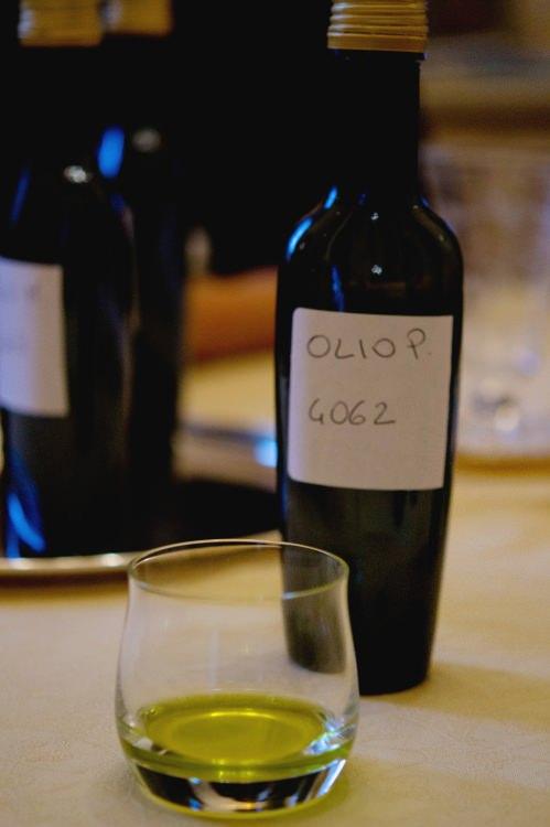 bottiglia e bicchiere con olio per degustazione