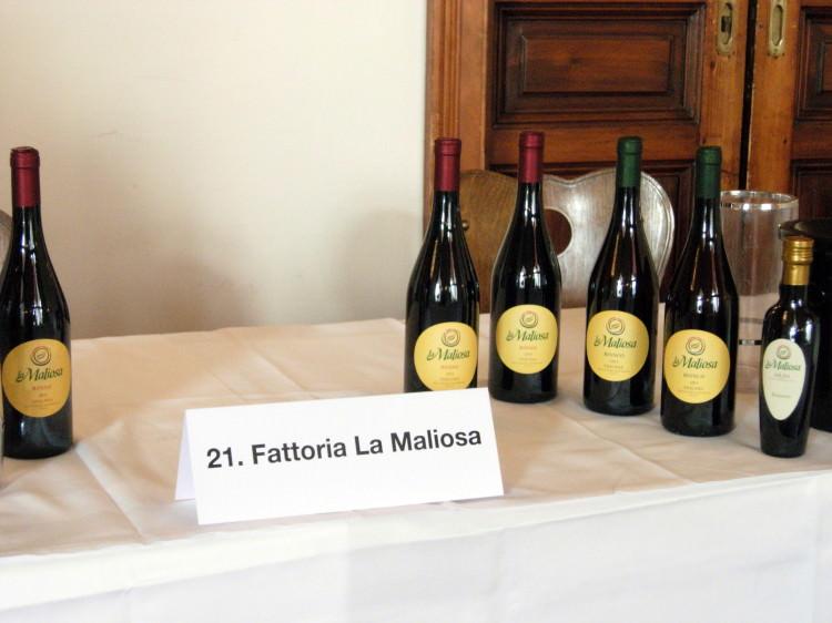 Esposizione in allestimento olii e vini La Maliosa