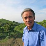 Lorenzo Corino in vigna vecchia alla Fattoria la Maliosa. Sullo sfondo il Monte Cavallo